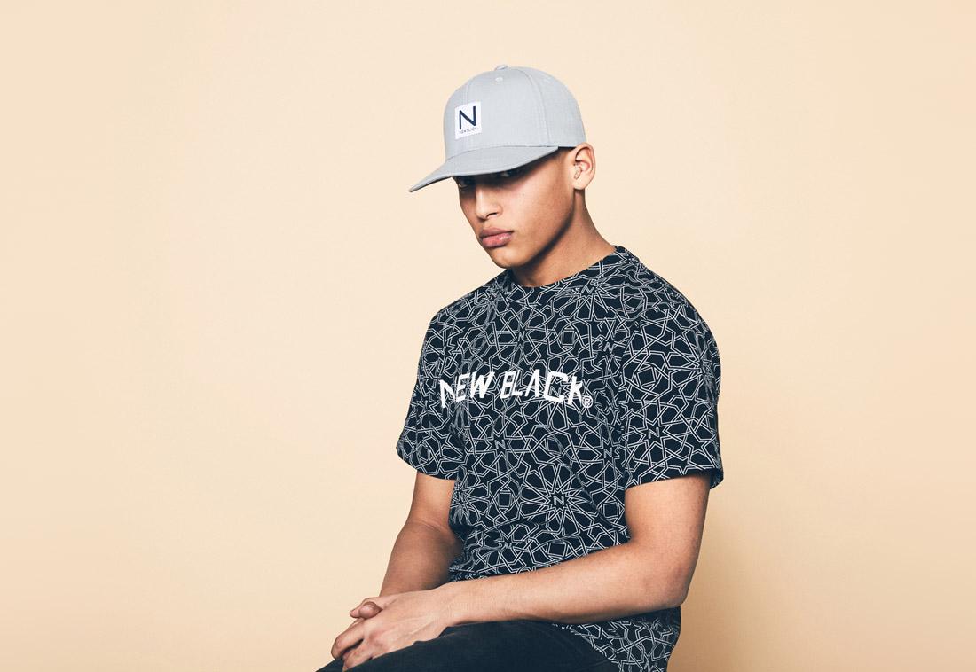 New Black — černé tričko s geometrickým vzorem — šedá kšiltovka