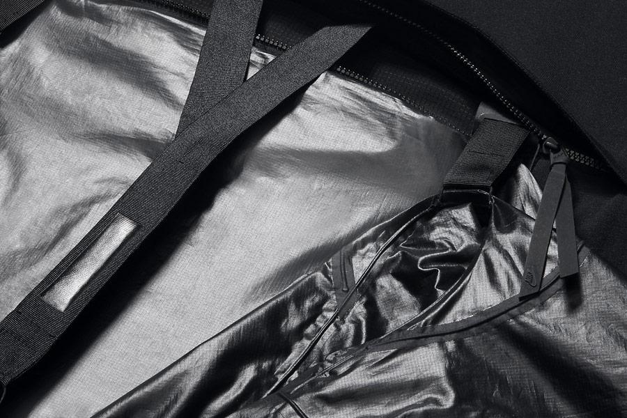 NikeLab Transform Jacket — pánská sportovní bunda — černá — detail zadní kapsy