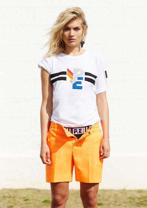 P.E Nation — oranžové šortky, dámské — bílé tričko — dámské sportovní oblečení