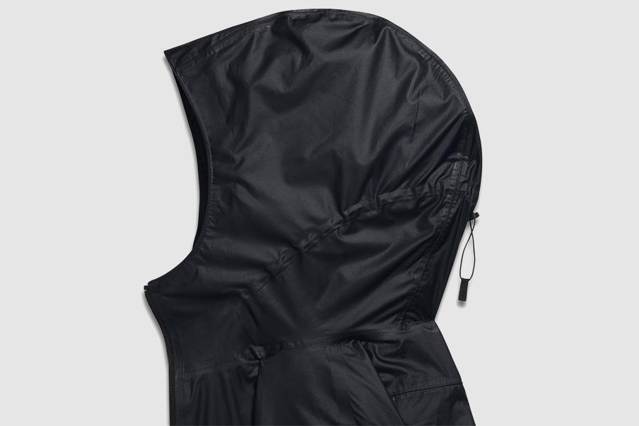 NikeLab Transform Jacket — dámská sportovní bunda — černá — detail kapuce