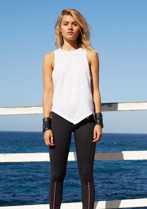 P.E Nation — černé legíny — bílé tílko — dámské sportovní oblečení