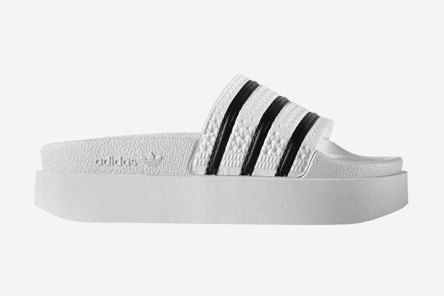 adidas Originals adilette Bold — pantofle na platformě — dámské nazouváky — slides — bílé