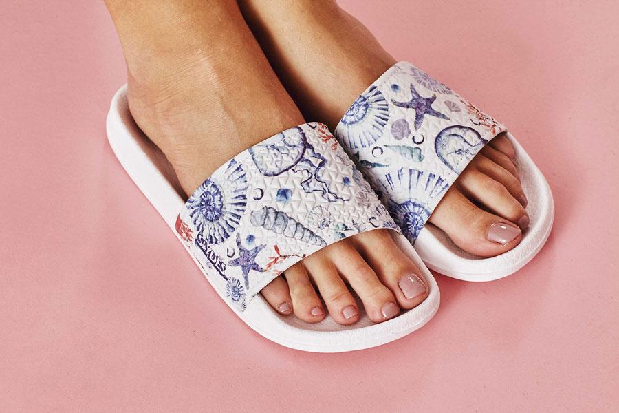 Slydes — dámské pantofle — bílé s mořskými ilustracemi — nazouváky, slides
