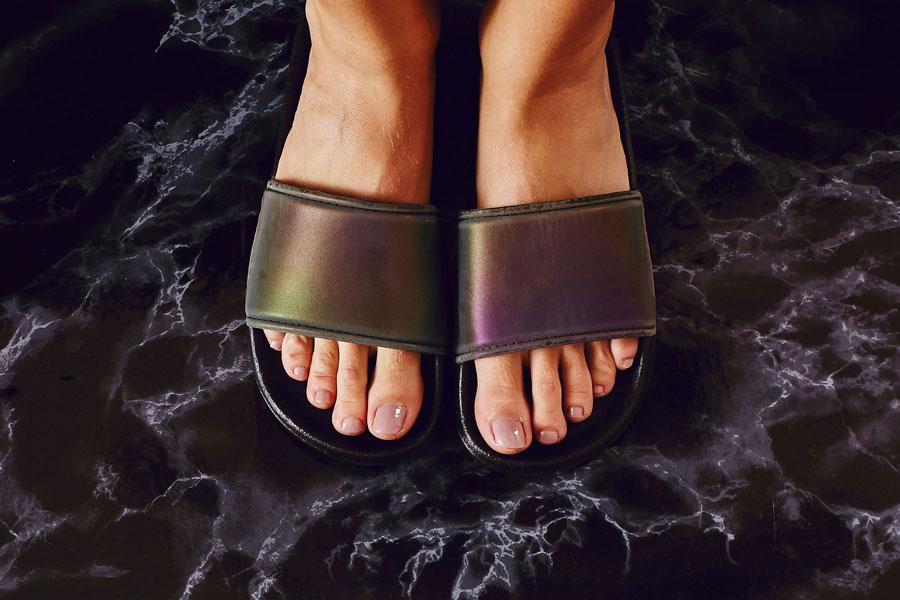 Slydes — dámské a pánské pantofle — černé, lesklé, metalické, duhové — nazouváky, slides