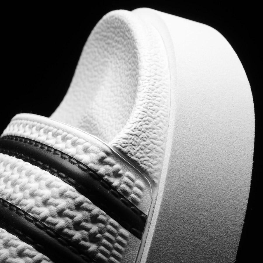 adidas Originals adilette Bold — pantofle na platformě — slides — dámské nazouváky — bílé