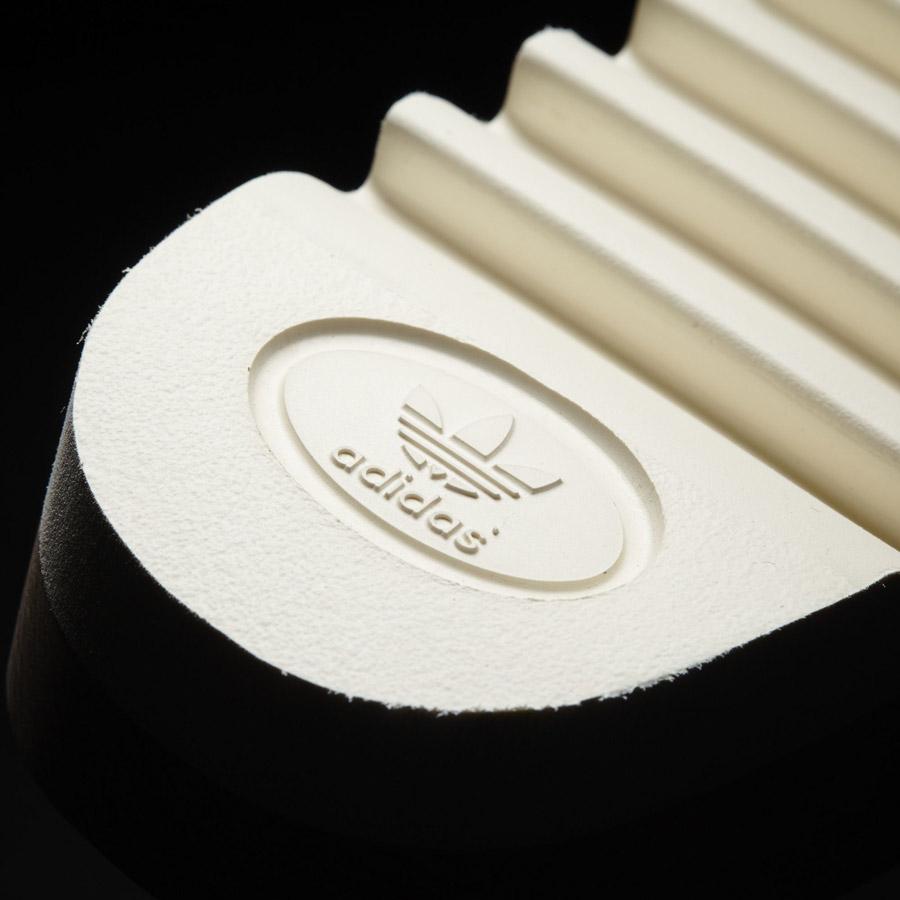 adidas Originals adilette Wood — dámské nazouváky — pantofle — detail podrážky