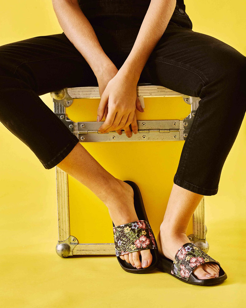 Slydes — dámské pantofle — černé s květinovými motivy — nazouváky, slides