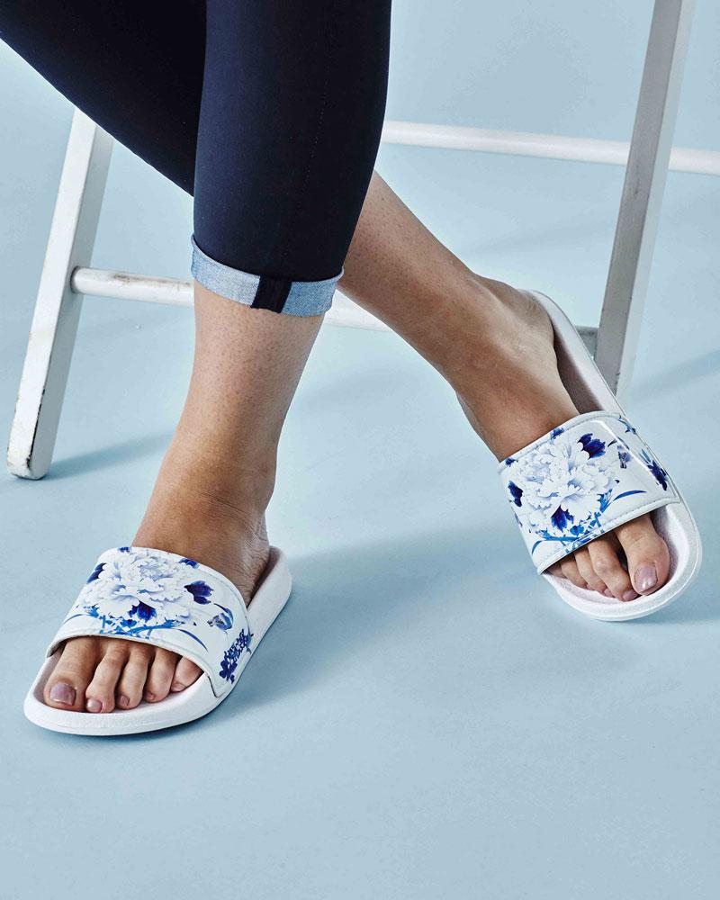 Slydes — dámské pantofle — bílé s modrámi květy — nazouváky, slides
