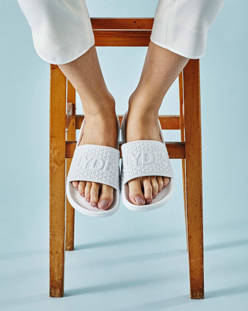 Slydes — dámské a pánské pantofle — bílé, embosované — nazouváky, slides