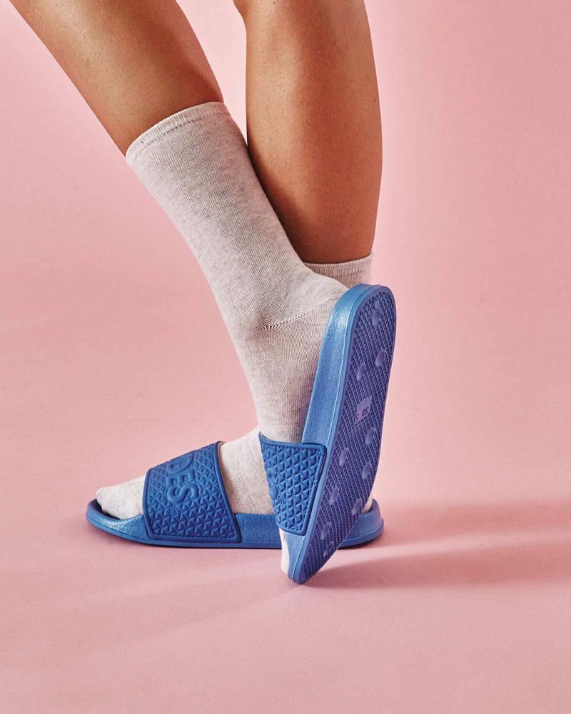 Slydes — dámské a pánské pantofle — modré, embosované — nazouváky, slides