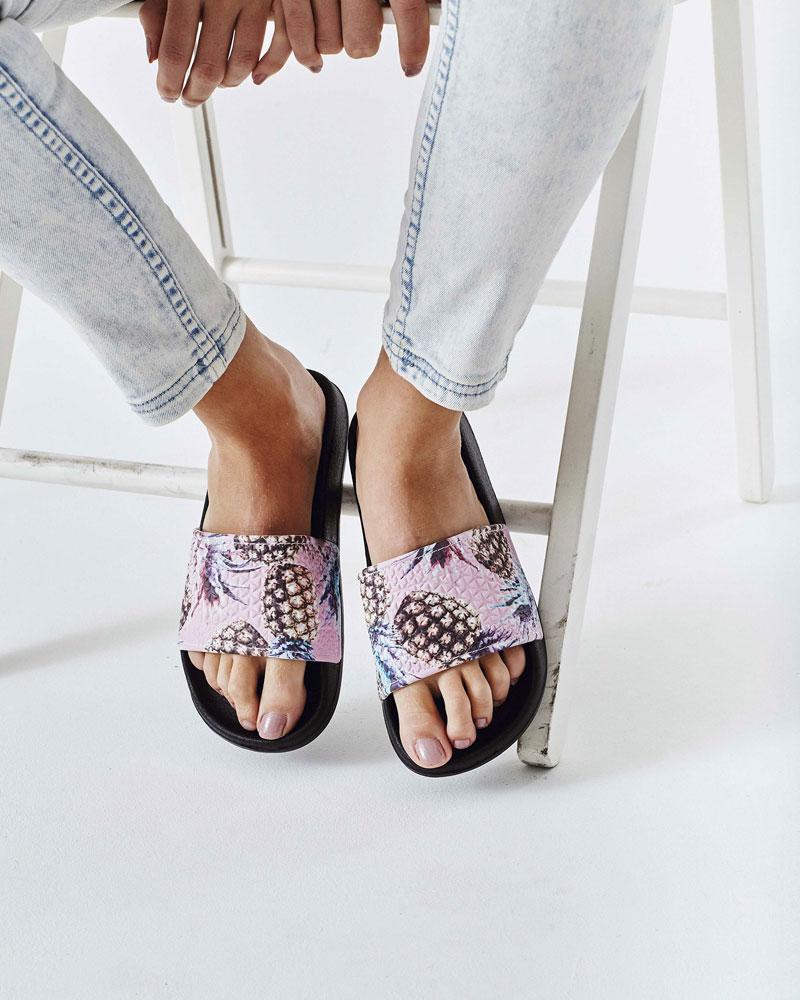 Slydes — dámské pantofle — růžové s ananasy, černá podrážka — nazouváky, slides