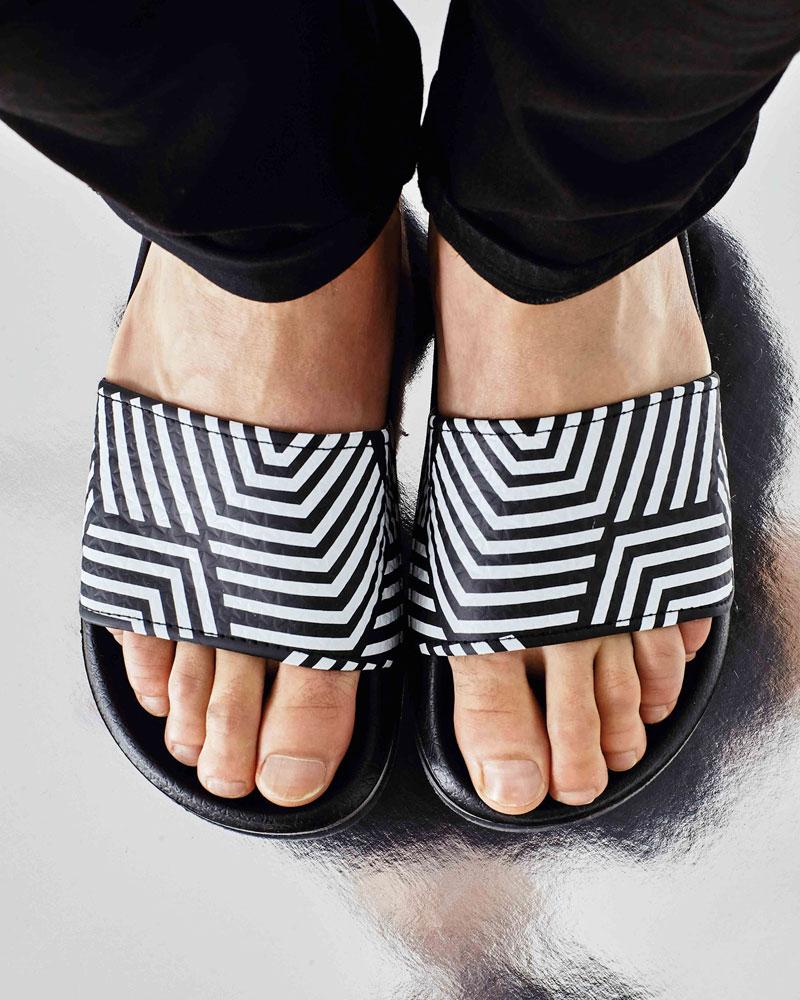 Slydes — pánské pantofle — bílo-černé pantofle s geometrickým vzorem — nazouváky, slides