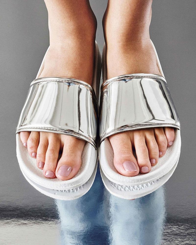 Slydes — dámské pantofle — stříbrné pantofle, lesklé, bílá podrážka — nazouváky, slides
