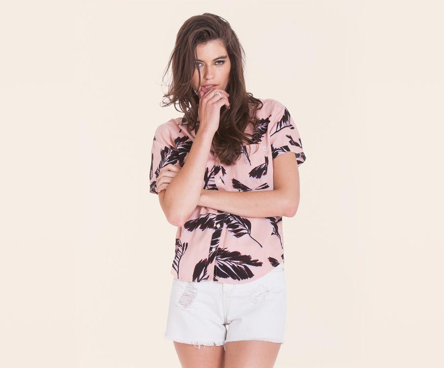 Obey — dámská světle růžová košile s černými listy, krátký rukáv — bílé šortky, ustřižené nezapravené kraťasy — dámské oblečení — léto 2016