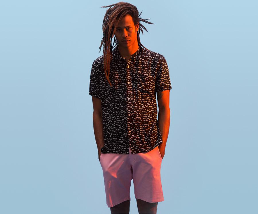 Obey — pánská černá košile, krátký rukáv — světle růžové šortky — pánské oblečení — léto 2016