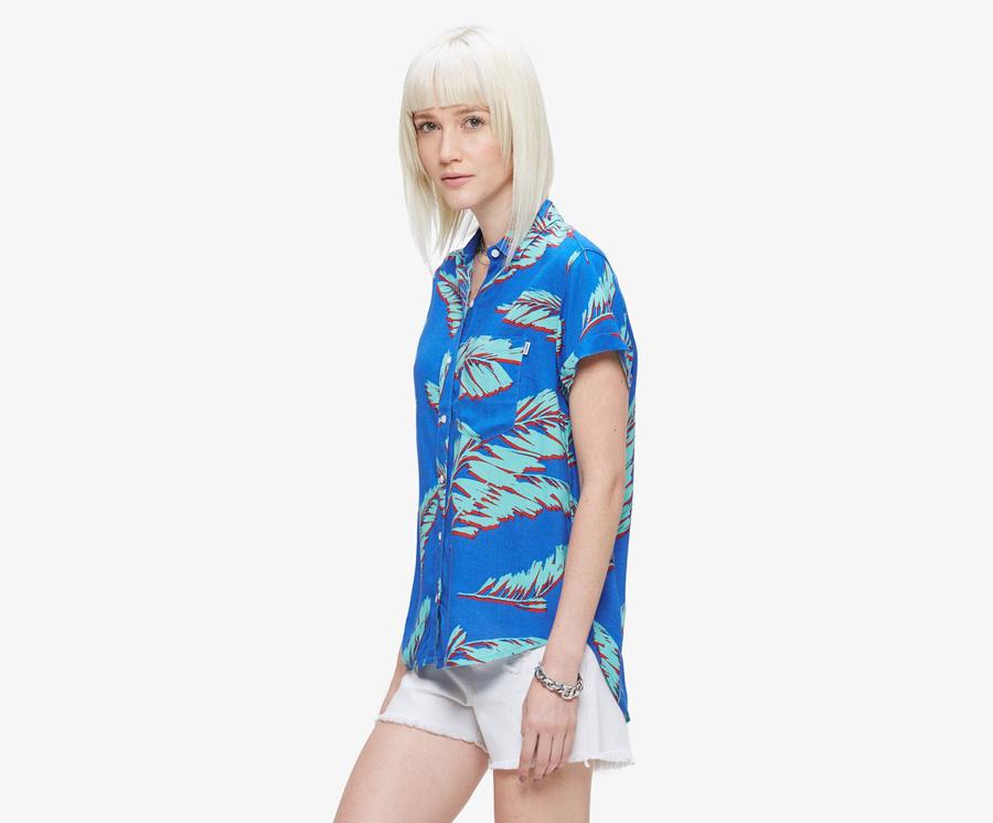 Obey — dámská modrá košile se zelenými listy, krátký rukáv — bílé šortky, ustřižené nezapravené kraťasy — dámské oblečení — léto 2016