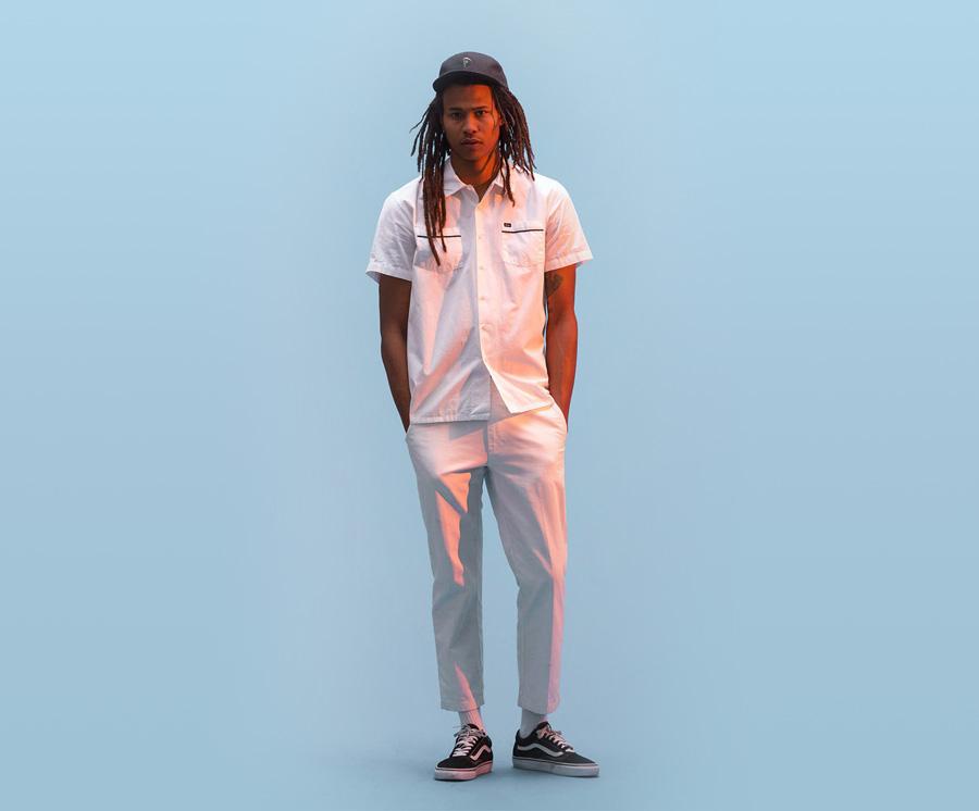 Obey — pánská bílá košile s krátkým rukávem — pánské bílé plátěné kalhoty — pánské oblečení — léto 2016