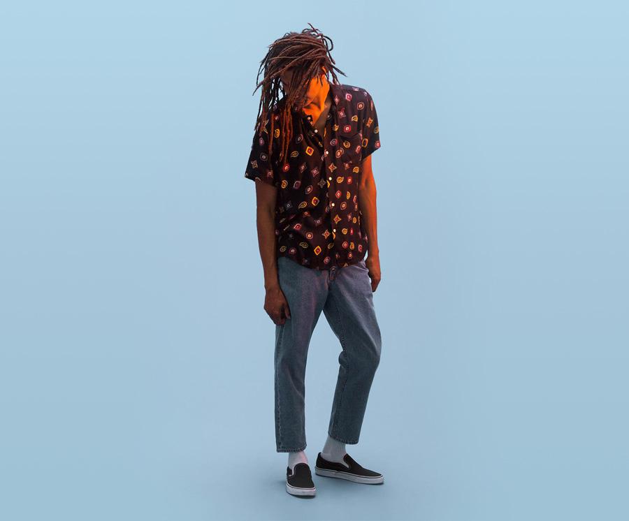 Obey — pánská tmavě modrá košile s barevnými symboly — jeansy (džíny) nad kotníky, modré — pánské oblečení — léto 2016