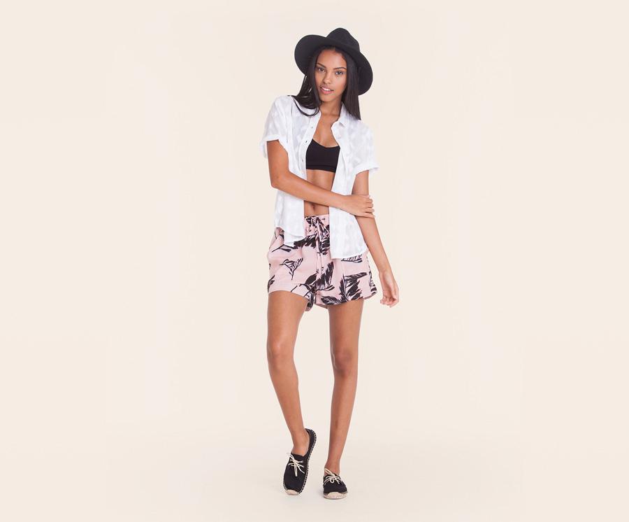 Obey — dámská letní bílá košile — světle růžové šortky, kraťasy s černými listy — dámské oblečení — léto 2016