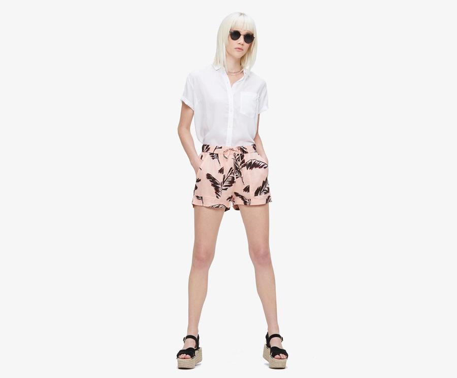 Obey — světle růžové šortky, kraťasy s černými listy — dámská letní bílá košile — dámské oblečení — léto 2016