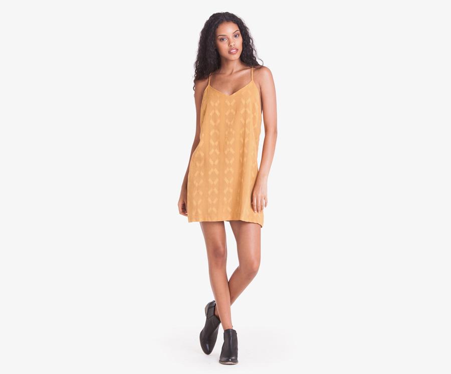 Obey — dámské volné letní šaty s ramínky — hořčicové s nenápadným vzorem — dámské oblečení — léto 2016