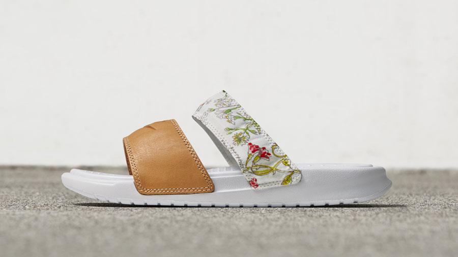 NikeCourt x Liberty Benassi Slide — pantofle, nazouvák — dámské — bílé — barevný rostlinný vzor