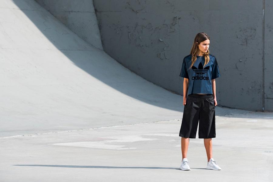 adidas Originals — Regista — černé dámské delší šortky — modré kratší dámské tričko — sportovní oblečení