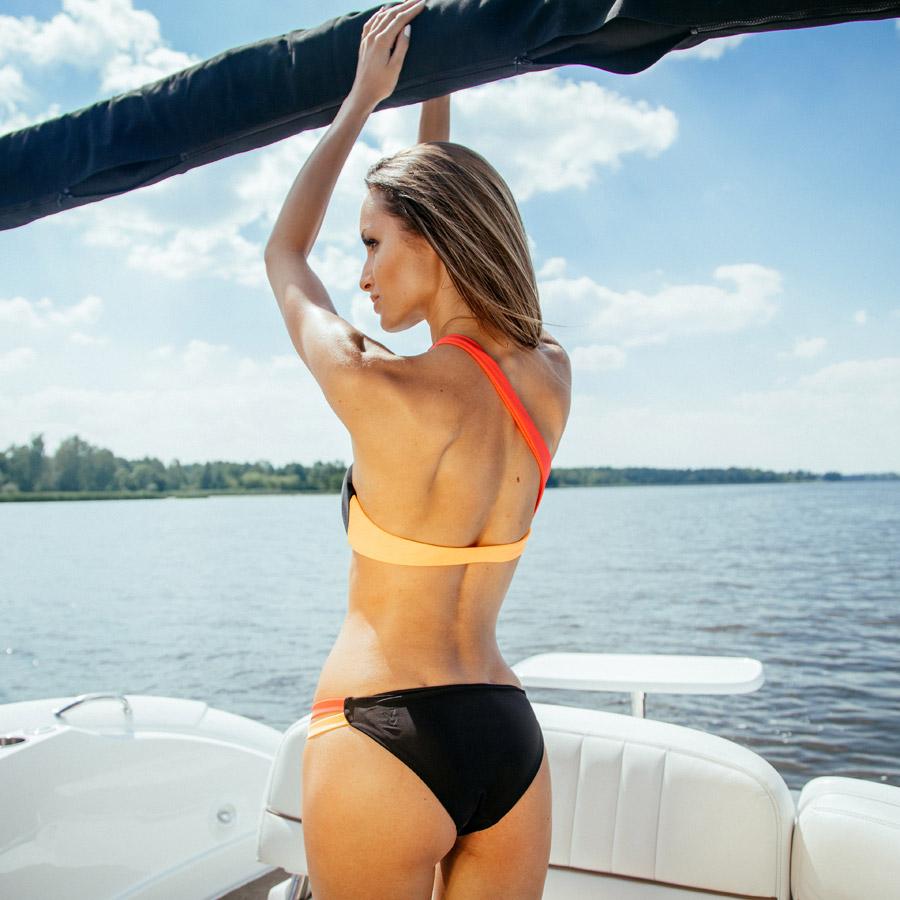 Cardio Bunny — dámské plavky dvoudílné, bez ramínek, asymetrické — černé kalhotky, černo-oranžová podprsenka — bikiny — swimwear