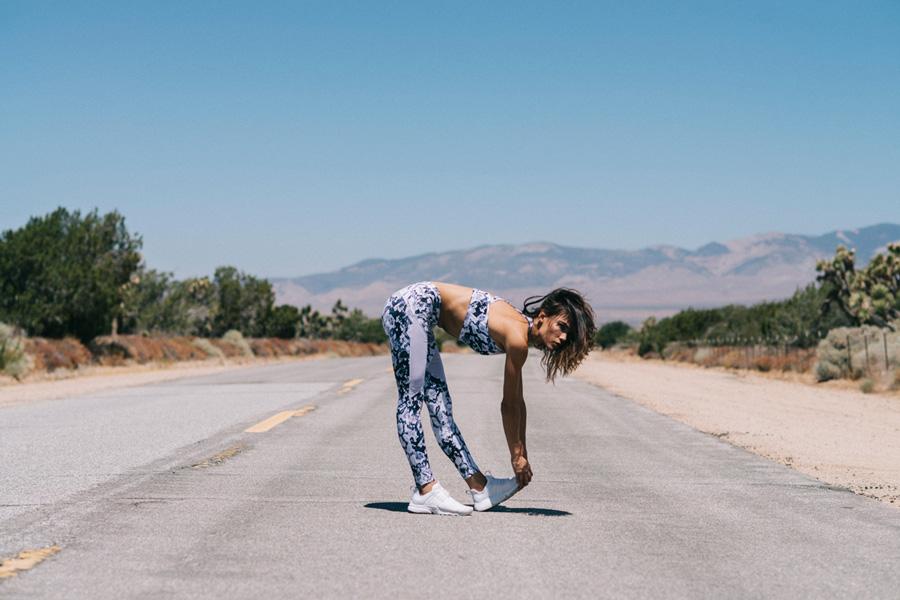Varley — bílé legíny, vzor hadí kůže — bílá sportovní podprsenka — podprsenkový top — dámské sportovní oblečení, activewear