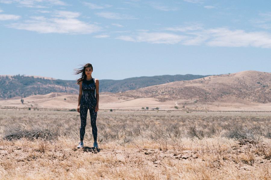 Varley — dámský černý sportovní upnutý overal — mramorový vzor — dámské sportovní oblečení, activewear