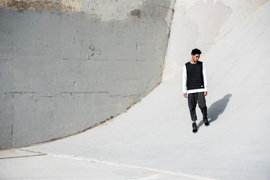 adidas Originals — Regista — pánská černá vesta — bílé tričko s dlouhým rukávem — tříčtvrteční pánské kalhoty, tmavě šedé — sportovní oblečení