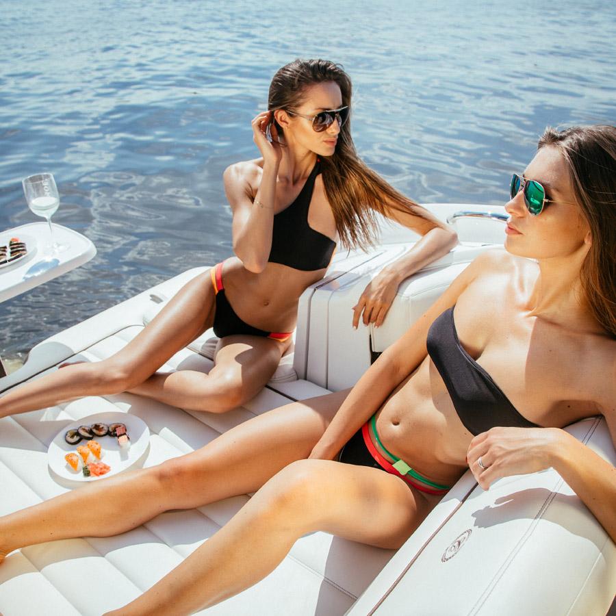 Cardio Bunny — dámské plavky dvoudílné, bez ramínek — černé, oranžový a červený detail — swimwear