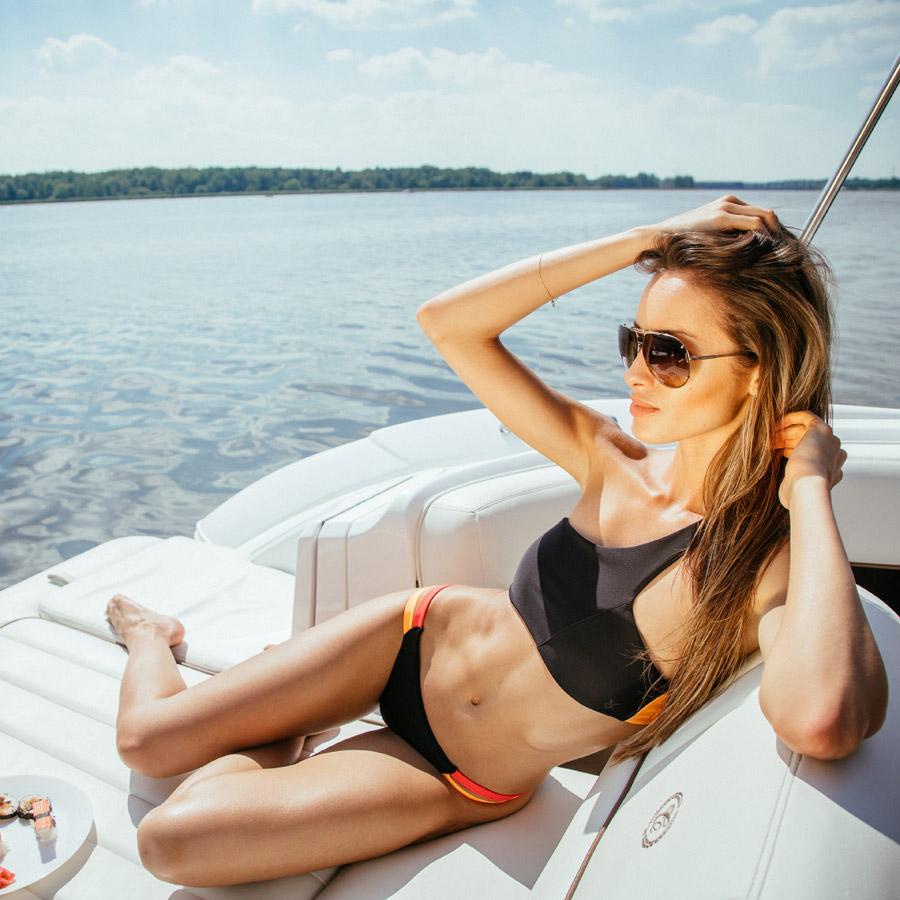 Cardio Bunny — dámské dvoudílné plavky, černé, barevné detaily — bikiny — asymetrická podprsenka bez ramínek — swimwear