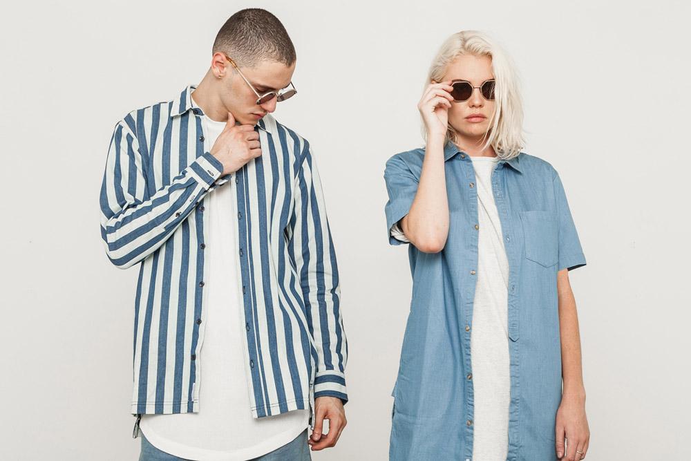 Publish — pánská pruhovaná košile, dlouhý rukáv, modro-bílá — dámská jeans košile s krátkým rukávem, dlouhá, světle modrá — His and Hers — lookbook — pánské oblečení, dámské oblečení