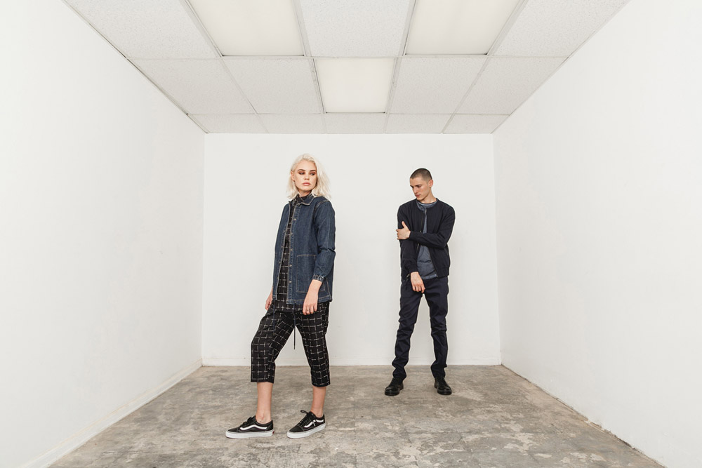 Publish — pánský modrý bomber, bunda — tmavě modré kalhoty — dámská jeans bunda s límečkem, denim, kostkované tříčtvrteční kalhoty, černé — His and Hers — lookbook — pánské oblečení, dámské oblečení