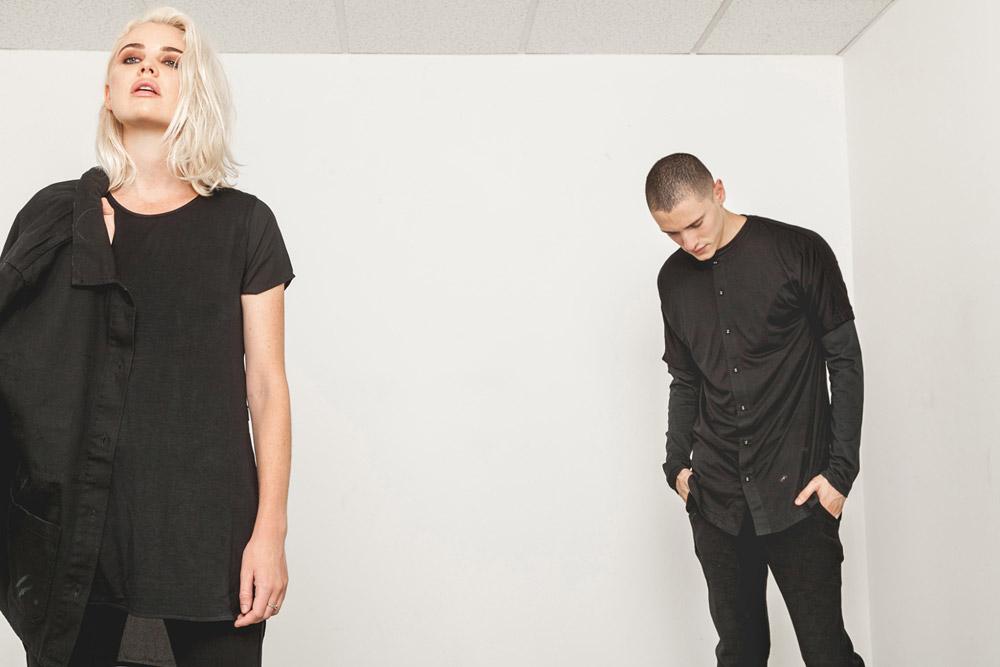Publish — dámské černé tričko, volné, dlouhé — černá podzimní bunda — pánská černá košile, černé kalhoty — His and Hers — lookbook — pánské oblečení, dámské oblečení