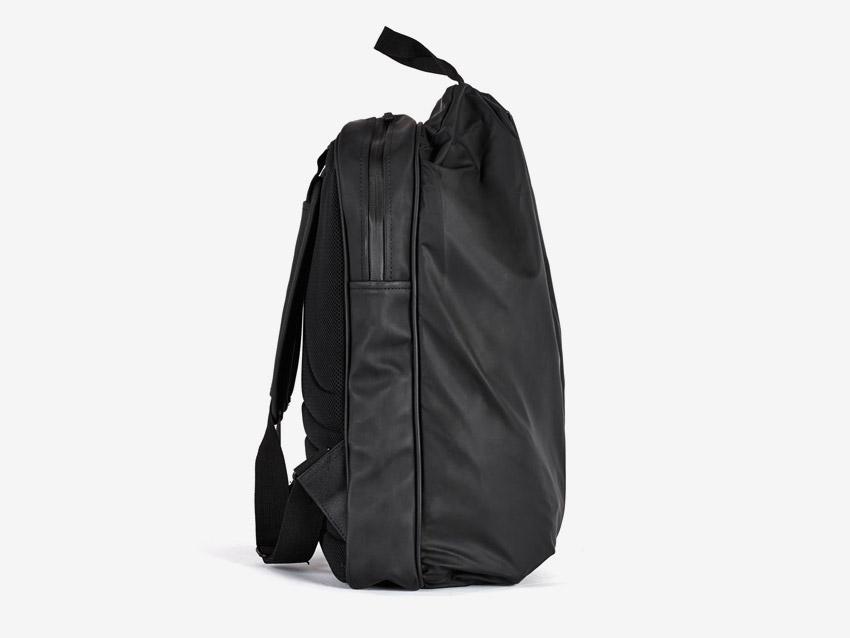 Rains — batoh — nepromokavý, do deště — voděodolný — dámský, pánský, unisex — černý — boční pohled
