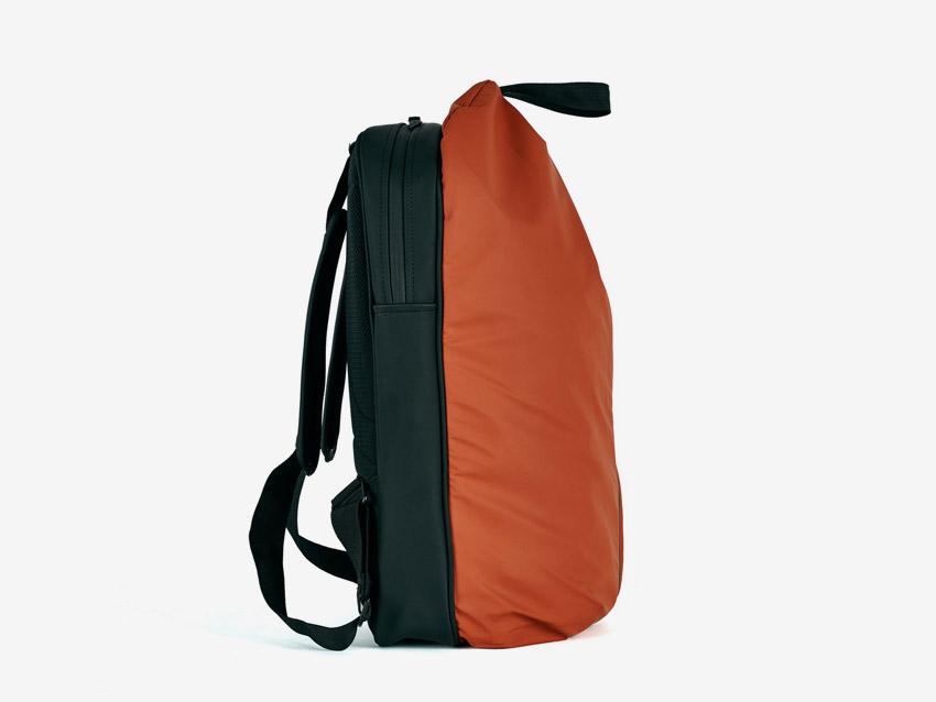 Rains — batoh — nepromokavý, do deště — voděodolný — dámský, pánský, unisex — červený, oranžový — boční pohled