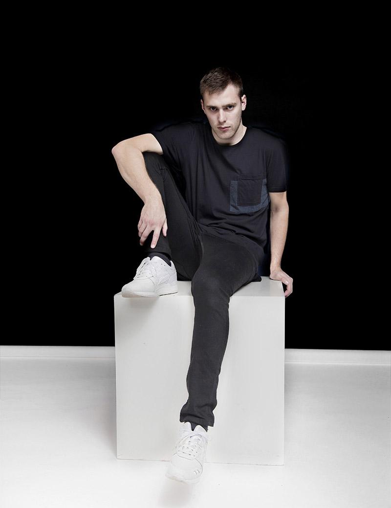 RVLT — Revolution — pánské skinny fit kalhoty, tmavě šedé, černé — modré tričko s kapsičkou — podzim/zima 2016