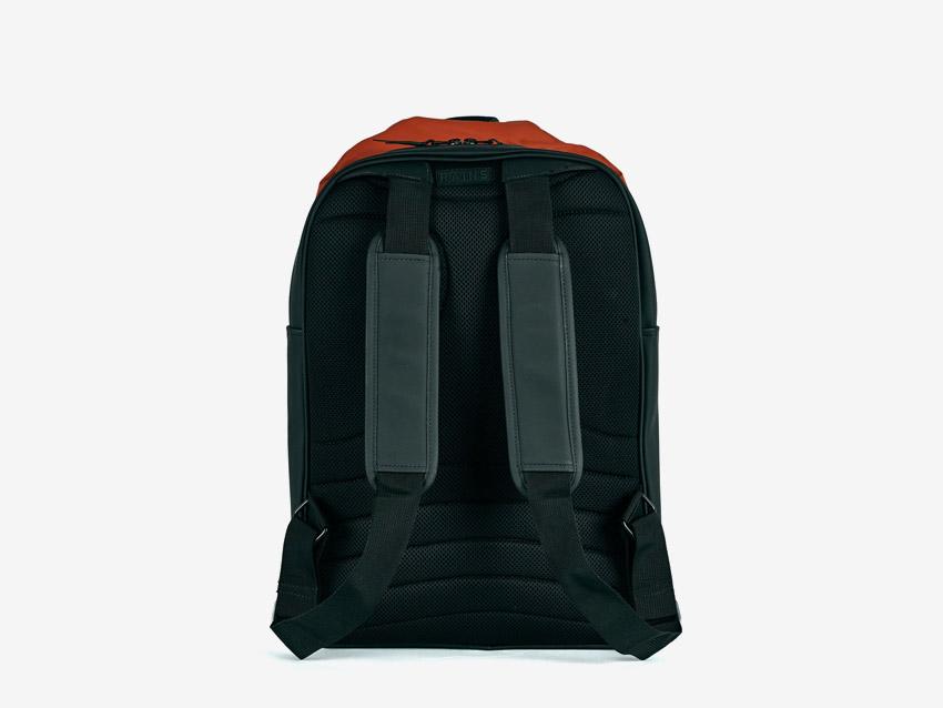Rains — batoh — nepromokavý, do deště — voděodolný — dámský, pánský, unisex — červený, oranžový — zadní pohled