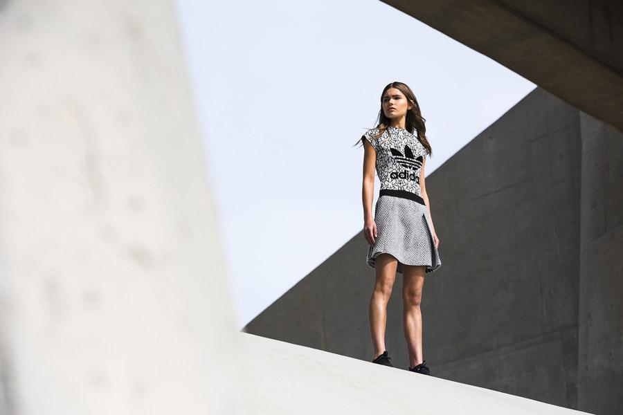 adidas Originals — Regista — dámské tričko se vzorem, černo-bílé — šedá sukně se vzorem — sportovní oblečení