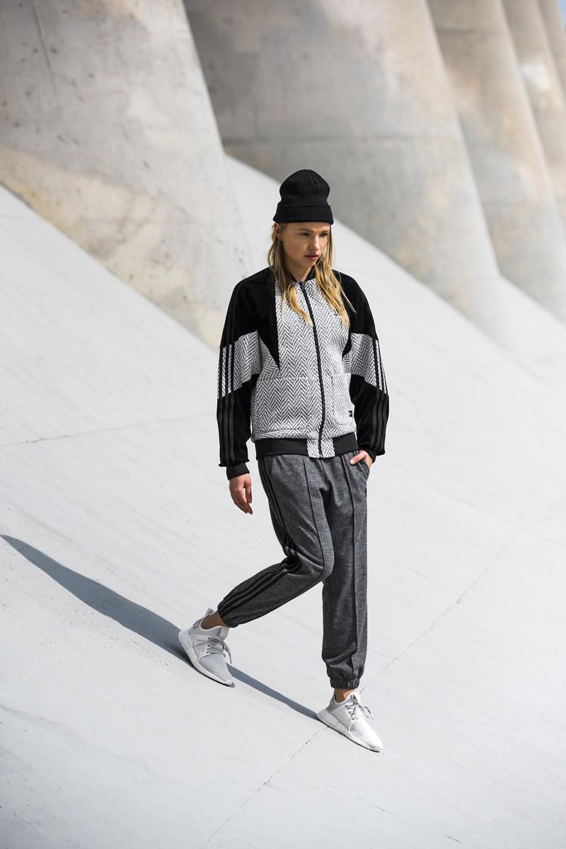 adidas Originals — Regista — dámská bunda do pasu bez kapuce, čedo-černá, se vzorem — dámské šedé tepláky s puky — sportovní oblečení