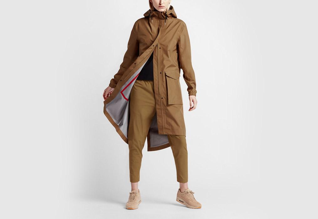 NikeLab Essentials — dámská parka — dlouhá bunda s kapucí — nepromokavá — voděodolná — hnědá, písková, béžová (brown, sand, beige)