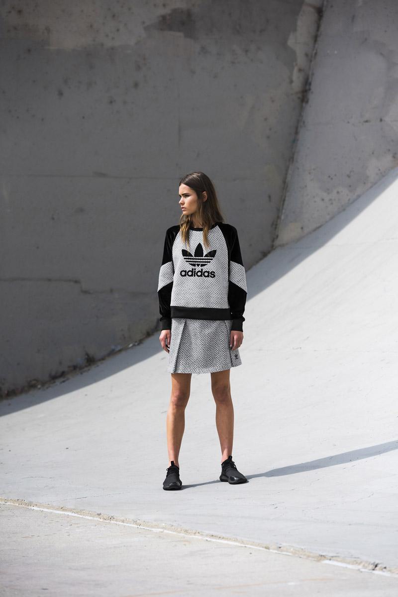 adidas Originals — Regista — šedá sukně se vzorem — černo-šedá mikna bez kapuce, se vzorem — sportovní oblečení