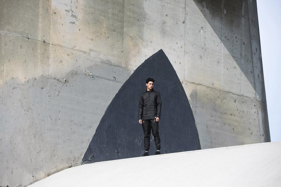 adidas Originals — Regista — pánská prošívaná bunda přes hlavu, černá — pánské černé tepláky s úplety na nohavicích — sportovní oblečení