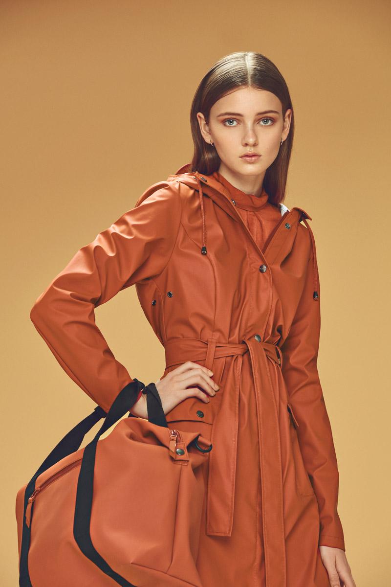 Rains — dámský pršiplášť s kapucí — oranžový, červený — plášt do deště — pláštěnka — podzim/zima 2016 — lookbook