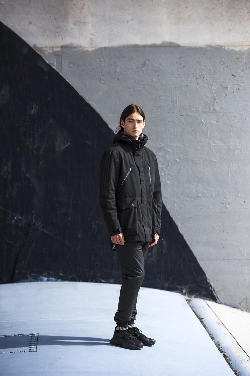 adidas Originals — Regista — pánská parka s kapucí, dlouhá zimní bunda — pánské černé tepláky s úplety na nohavicích — sportovní oblečení
