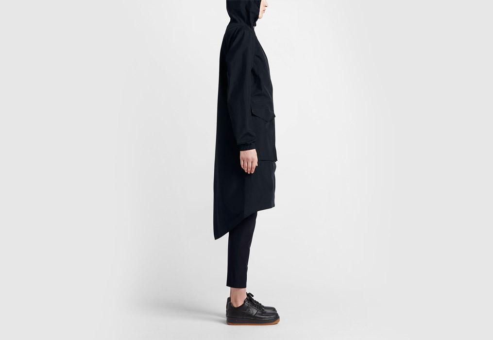 NikeLab Essentials — dámská parka — dlouhá bunda s kapucí — nepromokavá — voděodolná — boční pohled — černá (black)