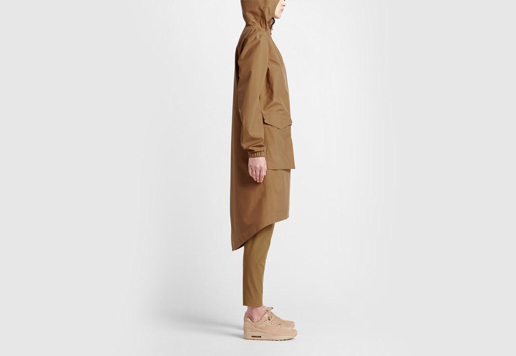 NikeLab Essentials — dámská parka — dlouhá bunda s kapucí — nepromokavá — voděodolná — boční pohled — hnědá, písková, béžová (brown, sand, beige)