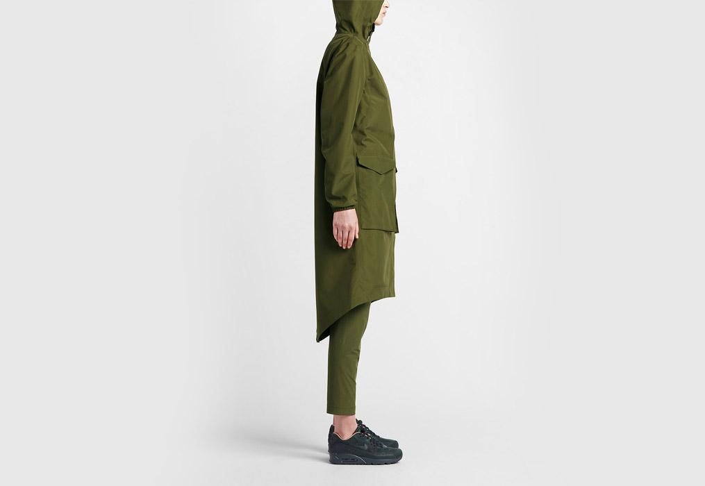 NikeLab Essentials — dámská parka — dlouhá bunda s kapucí — nepromokavá — voděodolná — boční pohled — zelená (army green)